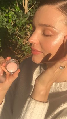 """I apply this luminizer on my cheeks, temples and brow bones as part of my beauty routine or on the go whenever I need an extra glow. Beauty Routine 30s, Korean Beauty Routine, Luminizer, Natural Beauty Tips, Diy Beauty, Beauty Hacks Skincare, Skincare Routine, Beauty Products, Perfect Eyebrows"