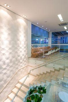 Veja esse lindo projeto com o revestimento Dyamante que trouxe amplitude e sofisticação para essa escadaria. Projeto da arq. Laura Lage Portuetto.