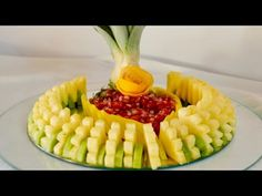 New Fruit Plate Designs Vegetable Carving Ideas Fruit Smoothies, Fruit Appetizers, Fruit And Vegetable Carving, Food Garnishes, Fruit Plate, New Fruit, Food Trays, Edible Food, Fruit Arrangements