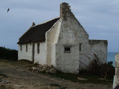 kassiesbaai cottage arniston - Google Search Old Cottage, Cottage Homes, Pretty Pictures, Cool Photos, Fishermans Cottage, Building Painting, South African Art, Vernacular Architecture, Old Farm Houses