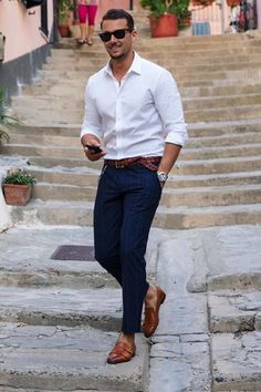 7 Ways To Wear A White Shirt - A Men's Style Guide [With Photos - Mode masculine, formes de style et astuces vestimentaires White Shirt Outfits, Casual Outfits, Summer Outfits, Summer Clothes, Dress Casual, White Shirt Man, Casual Wear, Classy Outfits, White Shirts For Men