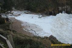#Temporal en la #Playa de Vidiago, febrero 2014. Costa de #Llanes. Mientras una ola se retira, a siguiente ya está preparada con más fuerza. #Espectáculo puro