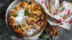 Kynuté těsto apovidla, to je vždycky sázka na jistotu. Vyzkoušejte tuhle sladkou dobrotu vylepšenou ořechy, citronovou kůrou arumem. Zvláštní šmrnc dostane zajímavým tvarem – koláč je složený zplněných šnečků. Hummus, Dishes, Sweet, Ethnic Recipes, Food, Lemon, Candy, Tablewares, Essen