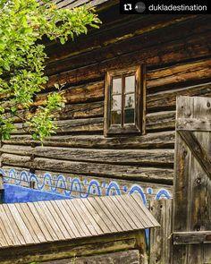 SKANZEN Svidník  Foto: @andreacuperova  Čarovné miesto a ďalšie pamiatky v okolí určite stoja za návštevu Svidníka.  A určite sa na výlet inšpirujte aj v @dukladestination  #skanzen #slovensko #slovakia #folkarchitecture #ornaments #ornamenty #tradicie #traditions #traditional #oldvillage #architecture #history #historic #historical #historicalplace