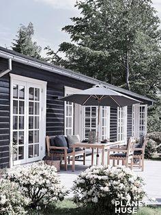 Jeppesen er et bjælkehus med en skøn, rustik atmosfære, der leder tankerne hen på barndommens varme sommerdage med sand  mellem tæerne.  #Sommerhus #Romantisksommerhus #Bjælkehuse #SommerhusByggefirma #Bjælkehus #BygSommerhus #NytSommerhus #NytTræhus #BygBjælkehus #ArkitekttegnetSommerhus #Bygtræhus #Fritidshus Dark Grey Houses, Log Homes, Cottage Style, Outdoor Living, Little Houses, Home Fashion, Architecture, House Styles, Modern Farmhouse