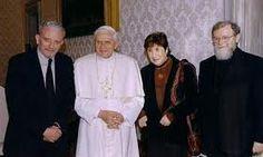 El Papa Benedicto XVI y los iniciadores del camino Kiko, Carmen y el Padre Mario