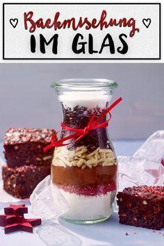 Backmischung im Glas: Rezept für Weihnachts-Brownies Healthy Eating Tips, Healthy Nutrition, Mason Jar Meals, Vegetable Drinks, Brownie Recipes, Food Menu, Diy Gifts, Christmas Diy, Food Porn