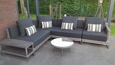 Loungeset Nova rondwicker grijs met rvs onderstel en polywood tafel. In plaats van een vierkante tafel, is hier voor een ronde salon tafel gekozen. De sierkussens hebben een streeppatroon (zelf in kleur te kiezen)