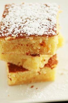 gâteau moelleux au citron 4 oeufs jaunes et blancs séparés 130 g de sucre glace 80 g de beurre fondu, 120 g de farine 1 sachet de levure, 2 citrons 20 mn à 180°C