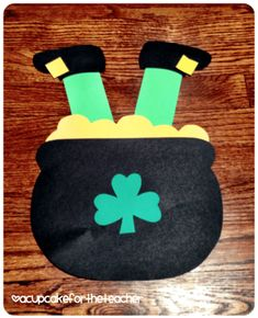 35 Easy Leprechaun Crafts for St. Patrick's Day Which Kids Will Love To Make - Hike n Dip Looking for easy St. Patrick's Day crafts for kids? Here are Easy Leprechaun Crafts for St. Patrick's Day ideas for kids & pre-schoolers which are exciting! March Crafts, St Patrick's Day Crafts, Daycare Crafts, Classroom Crafts, Spring Crafts, Toddler Crafts, Holiday Crafts, Arts And Crafts, Classroom Door