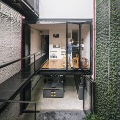 Produtora Kana Workspace Design by AR Arquitetos, Brazil – Design. Interior Architecture, Interior And Exterior, Brazil Houses, Restaurants, Green Facade, Workspace Design, Urban Setting, Facade Design, Stair Design