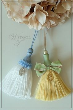 新レッスン・アンティーク風の木玉を使ったタッセル|SPOOL・上海タッセルレッスン Diy Tassel, Tassel Jewelry, Tassel Necklace, Tassels, Embroidery On Clothes, Silk Ribbon Embroidery, Rakhi Design, Bead Sewing, Tassel Keychain