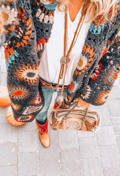 Impressive Outfit Ideas Boho To Update Your Dressing outfit ideas boho, Bohemian Style Fashion Looks Hippie, Hippie Style, Bohemian Style, Hippie Boho, Boho Chic, Winter Hippie, Crochet Coat, Crochet Jacket, Crochet Cardigan
