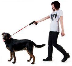 El mango de la correa, es una pistola con la que estaremos apuntando siempre a nuestro can, de forma que si no hace lo que queremos… pues nada. Pero será gracioso ver a la gente apuntando a la cabeza de sus perros