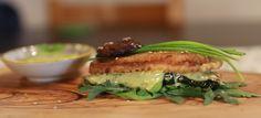 Delicioso pincho vegano de tofu, calabacin y salsa de albahaca