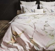 Roze dekbedovertrek in japanse stijl met prachtige bloemen en vogels! Comforters, Cashmere, Blanket, Pink, Products, Lush, Creature Comforts, Quilts, Cashmere Wool