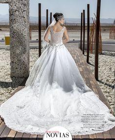 """VESTIDOS EN UN PAISAJE UNICO - Sandra Manrique luce una creación de gasa y organza de Vanessa Alfaro. El corte en """"A"""", le da la majestuosidad de una princesa a la propuesta. El cuerpo del vestido está íntegramente bordado en cristales swarovski, con transparencia en el escote y la espalda; la falda lleva terminación en tres capas de apliqué de encaje bordado en piedras. Se destaca una hermosa cola de más de cuatro metros de largo y aplicaciones de piedras y encaje. Foto: Marco Velasco"""