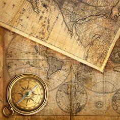 Fotomural impreso en vinilo decorativo de un viejo mapa con una brújula. Masquevinilo,com
