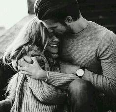Kimse bilmesin Ben seni gizlice severim. Ses etmem gündüze Gece de severim. Susarım konuşmam Lâl olur dilim. Yazdığım cümlede severim...