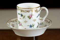 Tasse litron, époque Louis XVI, Manufacture de Boissette, en porcelaine à décor de semis de fleurs.