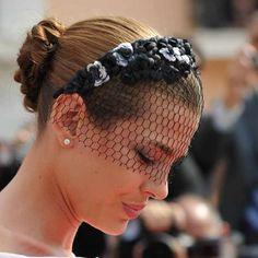 Con este moño espectacular efecto trenzado y con diadema floral con camelias y redecilla negra la vimos en la boda de Alberto de Mónaco y Ch...