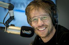 Radio-presentator Giel Beelen tijdens zijn eerste uitzending van de Radio Veronica Ochtendshow.