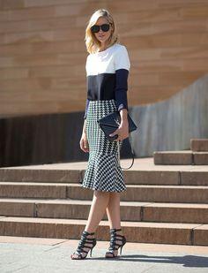 Look mix'n'match com saia xadrez e blusa de listras largas.