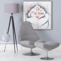Lion doet zijn naam eer aan. Een krachtige royale fauteuil met charme. De soepele ronde vormen een mooi contrast met de stijlvolle RVS draaischijf en de sterke lichtgrijze weefstof. Lion biedt door zijn vormgeving ideale ondersteuning aan hoofd, rug en heupen. Het ijzersterke metalen frame in combinatie met de solide nosagvering maken fauteuil Lion uiterst duurzaam.