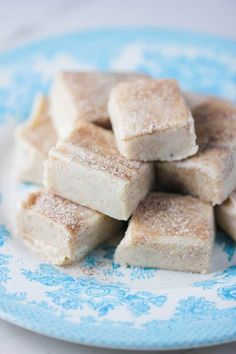 Snickerdoodle Fudge -- This incredibly delicious fudge is so yummy, and you will not believe how easy it is to prepare. And it only calls for 5 ingredients and requires no baking! Perfect for last-minute holiday treats! Fudge Recipes, Cookie Recipes, Dessert Recipes, Party Recipes, Snack Recipes, Snacks, Holiday Desserts, Holiday Treats, No Bake Fudge
