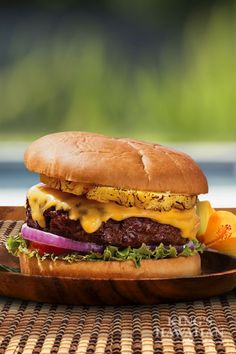 King's Hawaiian Maui Burger: A juicy hamburger covered in melted cheese and sweet pineapple with a wonderful Shichimi Aioli. It's not your average hamburger! Burger Dogs, Burger And Fries, Good Burger, Beef Recipes, Cooking Recipes, Hamburger Recipes, Kings Hawaiian, Yummy Food, Tasty