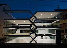 Un nuovo limite dell'architettura è stato abbattuto: i muri, che prima erano il simbolo dell'intimità domestica, ora sono diventati delle vetrate trasparenti che non garantiscono nessuna privacy. La S-House (questo il nome del progetto), sorta nei pressi della stazione Omiya a Saitama,