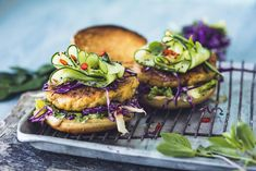 Thai fiskeburger med chilislaw og marinert agurk Norwegian Food, Fish And Seafood, Salmon Burgers, Sandwiches, Ethnic Recipes, Inspiration, Corse, Fish Dishes, Easy Meals