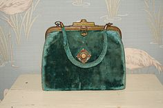 Vintage in 1070 Wien Coin Purse, Vintage, Wallet, Purses, Fashion, Velvet, Dime Bags, Nice Asses, Pocket Wallet