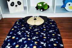 Saco de dormir infantil, 90x70 cm, confeccionado em soft, nylon, manta acrílica antialérgica, decorada com carinha de cachorro em tecido de algodão com fibra siliconizada antialérgica, que pode ser utilizada como travesseiro. Zíper para fechamento lateral, alça com velcro para fechamento. Sacola com alça que facilita o transporte e armazenamento.    Excelente opção para festa do pijama.    O saco de dormir pode ser confeccionado em tecido de algodão em diversas estampas, cores.    Consultar…