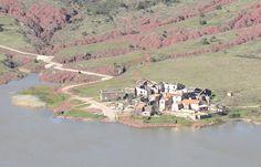 Celles (Hérault) Nombre d'habitants selon le dernier recensement : 32 C'est à la fin des années 60 que ce village (déjà pas surpeuplé) est exproprié dans le cadre de la mise en l'eau du barrage du Salagou. Dans un premier temps condamné à une immersion totale, Celles « survécut » quand il fut décidé que la hauteur des eaux ne dépasserait pas 139 mètres (au lieu des 150 initialement prévus). Robert Enrico y a tourné son film, Zone Rouge, en 1985.