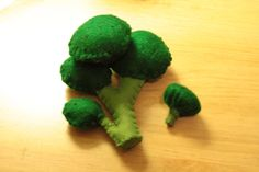 10 Broccoli pieces velcroed to the big stalk Felt Diy, Felt Crafts, Felt Food Patterns, Felt Fruit, Felt Play Food, Pretend Food, Homemade Toys, Fake Food, Diy Toys