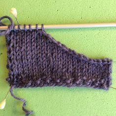 dk: Mere strikketeknik: blød aflukning i halsudskæring Bamboo Knitting Needles, Loom Knitting, Knitting Stitches, Free Knitting, Knitting Patterns, Knitted Bags, Knitted Shawls, Crochet Pattern, Knit Crochet
