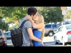 Si pestañeas antes que él, debes darle un beso. ¿Harías el reto? - http://dominiomundial.com/si-pestaneas-antes-que-el-debes-darle-un-beso-harias-el-reto/