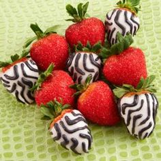 Wild Candy-Dipped Strawberries #wilton #dessert #chocolate