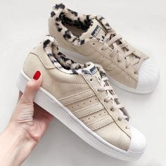 Sneakers femme - Adidas Superstar con peluchito adentro