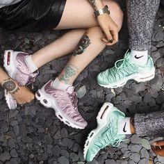 We shot our Nike TN Satin Pack recently, full post live on the blog @theunisexmode @footlockereu #smallfeetbigkicks #staycozy #chicksinkicks #unisexflex #approvedforhery