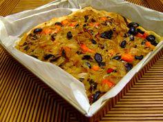 Para 6 - 8 personas Ingredientes: 200 grs de harina blanca, 1 taza de harina de integral, 1 cucharada de polvos de hornear, lechevegetal, 2 cucharadas de harina de garbanzo, 4 cebollas grandes cor...