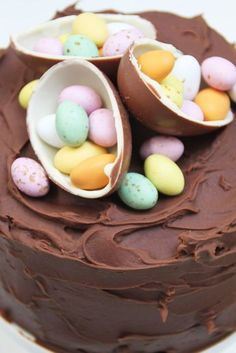A very decadent and moist Easter Chocolate Cake - and love the decorations! Cake Basketball, Chocolate Easter Cake, Cupcakes Decorados, Pastry Cake, Easter Treats, Pretty Cakes, Easter Recipes, Creative Cakes, Let Them Eat Cake