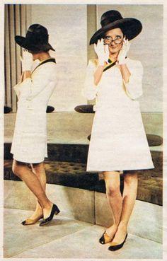 Mina Mazzini at Mila Schon's atelier, 1969