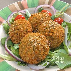 Aquí tienes nuestra receta sencilla de falafel de garbanzos, y para simplificar la hemos preparado con garbanzos cocidos de bote.