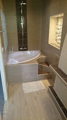 Petite salle de bains blanche am nag e avec une baignoire for Petite salle de bain baignoire