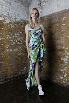 Pé na rua: com print da flor dama-da-noite, Isolda aposta em shapes urbanos