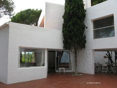 José Antonio Coderch | Casa Ugalde | Caldes d'Estrac, España | 1951 Spanish Architecture, 1984, Garage Doors, Construction, 3d, Building, Outdoor Decor, House, Home Decor