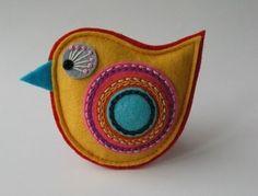 Pro jarní měsíce jsem vytvořila kolekci s názvem BAREVNÉ JARO. Kolekce je plna pestrých, až Felt Crafts Patterns, Felt Crafts Diy, Bird Crafts, Felt Diy, Fabric Crafts, Sewing Crafts, Felt Christmas Decorations, Felt Christmas Ornaments, Felt Embroidery