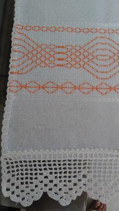 Pano de prato sacaria  Técnica: Vagonite  Desenho: Geométrico Laranja  Acabamento: Bico em crochê branco    Medidas:  Comprimento: 75 cm  Largura: 46 cm